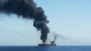Norjalaisen varustamon tankkeri Front Altair palaa Omaninlahdella.