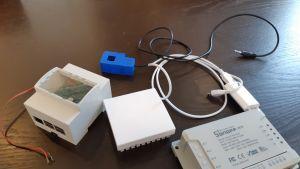 Pöydän päällä erilaisia sähkölaitteita ja johtoja