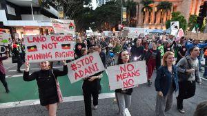 Mielenosoittajat vastustavat Adani-yhtiön kaivosta Brisbanessa, Queenslandissä.
