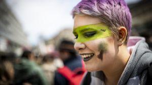 Tämä nuori nainen osallistui ilmastonmuutoksen vastaiseen mielenosoitukseen Lausannessa huhtikuussa.
