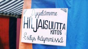 Hiljaisuus-kyltti kinoteltan seinällä Sodankylän elokuvajuhlilla.