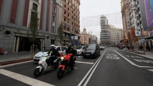 Ajoneuvoja kadulla Madridin keskustassa.