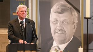 Volker Bouffier pitää puhetta Walter Lübcke hautajaisissa.