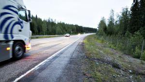 Kuorma-auto ohittaa kolaripaikan, jossa yksi ihminen kuoli ja kolme loukkaantui vakavasti kahden henkilöauton rajussa nokkakolarissa 13. kesäkuuta.