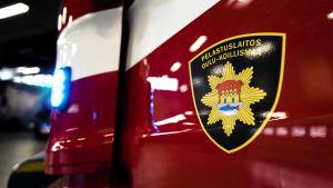Pelastuslaitos Oulu-Koillismaan paloauto hälytysvalo päällä