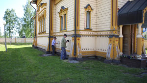 Talkoolaisia tornion ortodoksikirkolla