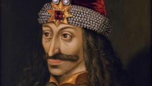 Muotokuva Herttua Vlad III:sta punaisissa samettivaatteissa ja koristeellisessa päähineessä.