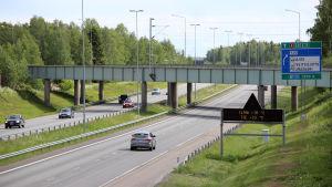 Sähköinen opastaulu Kemi-Tornio -moottoritiellä.