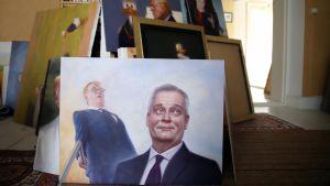 Valmiita maalauksia Kaj Stenvallin työhuoneessa.