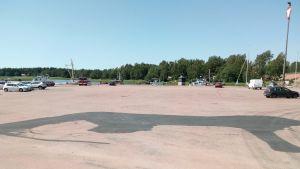 asfalttikenttä Haminan Tervasaaressa, piiloon maalattu sonnin kuva, Woima-sonni