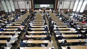 Kokelaat osallistuvat yliopiston pääsykokeisiin Tokiossa.