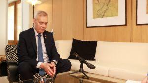 Antti Rinne Eurooppa-neuvoston tiloissa Brysselissä ennen huippukokouksen alkua.