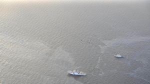 Rajavartiolaitoksen julkaisema kuva öljynkeräyksestä Utön lähellä varhain juhannusaattoaamuna.