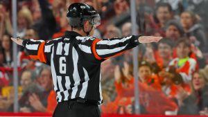 NHL:n päätuomari Francis Carron.