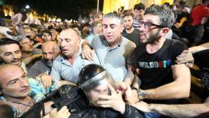 Mielenosoittajia Georgiassa