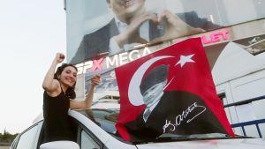 Ekrem Imamoğlun kannattajat juhlivat pormestarivaalin tulosta Istanbulissa.