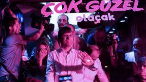 Ekrem Imamoğlu juhlivien ihmisten ympäröimänä