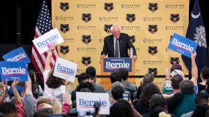 Bernie Sanders puhumassa kannattajilleen Clinton Collegessa, Etelä-Carolinassa 22. kesäkuuta.