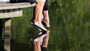 nuorten jalat laiturilla