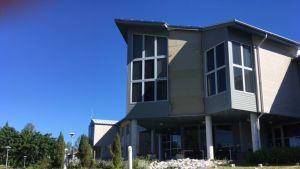 Taipalsaaren kunnantalon seinäpinnoitus on irronnut ja pudonnut maahan.