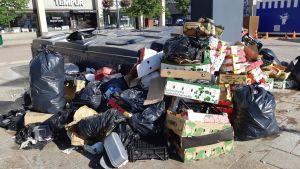 Siivoton jätepiste Joensuun uudistetulla kauppatorilla kesäkuussa 2018.