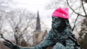 Patsas päässään vaaleanpunainen villamyssy.