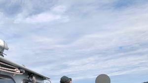 Kuvassa merivartiosto pysäyttää veneilijän
