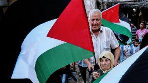 Palestiinalaismielenosoittajat vastustavat Bahrainin konfrenssia Bourj Barajnehin pakolaisleirillä Beirutissa Libanonissa.