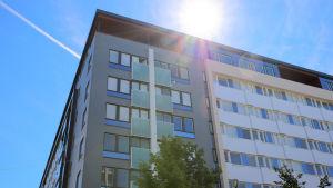 Nuorisosäätiön kerrostalo Aleksanterinkadun ja Rauhankadun risteyksessä Lahdessa.