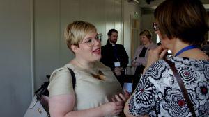 Ministeri Annika Saarikko keskustelee Pohjoismaisessa piispainkokouksessa.