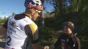 Hiihtäjä Iivo Niskanen kohtaa nuoren faninsa Anni Rahilan.