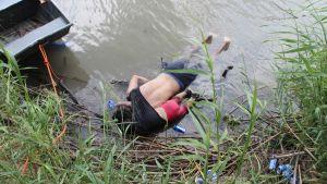 Miehen ja lapsen ruumiita kelluvat vedessä.