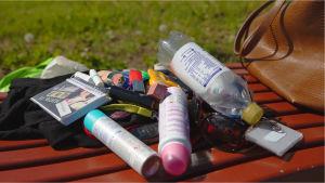 käsilaukku, tavaraa, tamppooni, pullo, deodorantti, huulipuna, avaimet