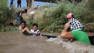 Siirtolaisia ylittämässä Yhdysvaltain ja Meksikon rajalla virtaavaa Rio Grandea. Yhdysvaltain kongressi hyväksyi torstaina 4,6 miljardin dollarin hätäavun siirtolaiskriisin lievittämiseksi.