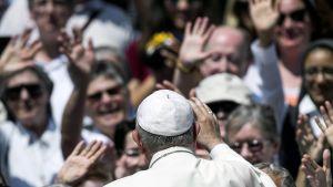 Francis tervehtii kuulijoitaan Vatikaanissa