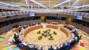 EU-johtajat ympyränmuotoisessa pöydässä.