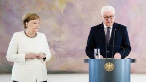 Angela Merkel tärisi torstaina järjestetyssä tiedotustilaisuudessa