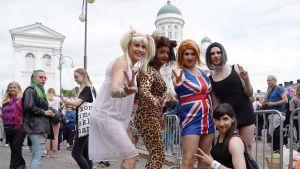 Spice girls -tyttöbändin jäseniksi pukeutuneet Mika Koskinen, Lauri Salmi, Mikko Moilanen, Joakim Juvelén ja Lauri Aho.