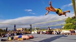 Metallisoturi Stark Adder yritti antaa viiimeisen niitin Raumam Boik Toni Tammiselle Wrestle Aid -tapahtumassa lauantai-iltana.