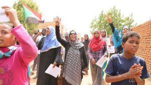 Sudanin pääkaupungissa Khartumissa tuhannet sudanilaiset ovat lähteneet kaduille osoittamaan mieltään maata hallitsevaa sotilasjunttaa vastaan.