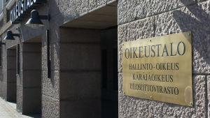 Kanta-Hämeen käräjäoikeuden sisäänkäynti Hämeenlinnassa