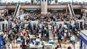 Ruuhkaa Denverin lentoaseman turvatarkastuksessa.