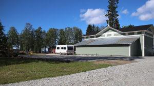 Matkailuvaunu parkissa Kemin Meripuistossa Puistopaviljongin matkaparkissa.