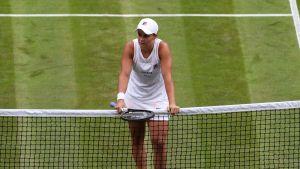 Ashleigh Barty eteni vaivatta Wimbledonin toiselle kierrokselle.