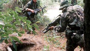 kaksi sotilasta maastossa