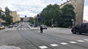Poliisi ohjaamassa liikennettä Mannerheimintiellä.