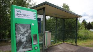 Rikottu lippuautomaatti Herralan asemalla.