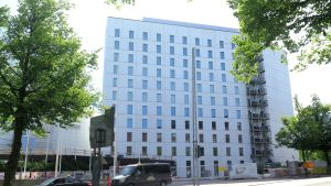11-kerroksinen hotellirakennus. Hotellin rakentaminen sisätiloissa on vielä kesken, mutta ulkokuori on jo valmis.