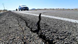 Maanjäristyksen aiheuttamat halkeamat näkyivät valtatiellä 178 torstaina 4. heinäkuuta 2019.