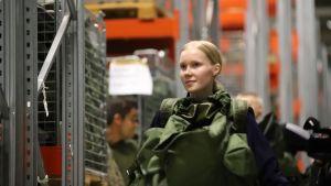 Naisalokas Meri Nuutinen valmistautuu asepalvelukseen.